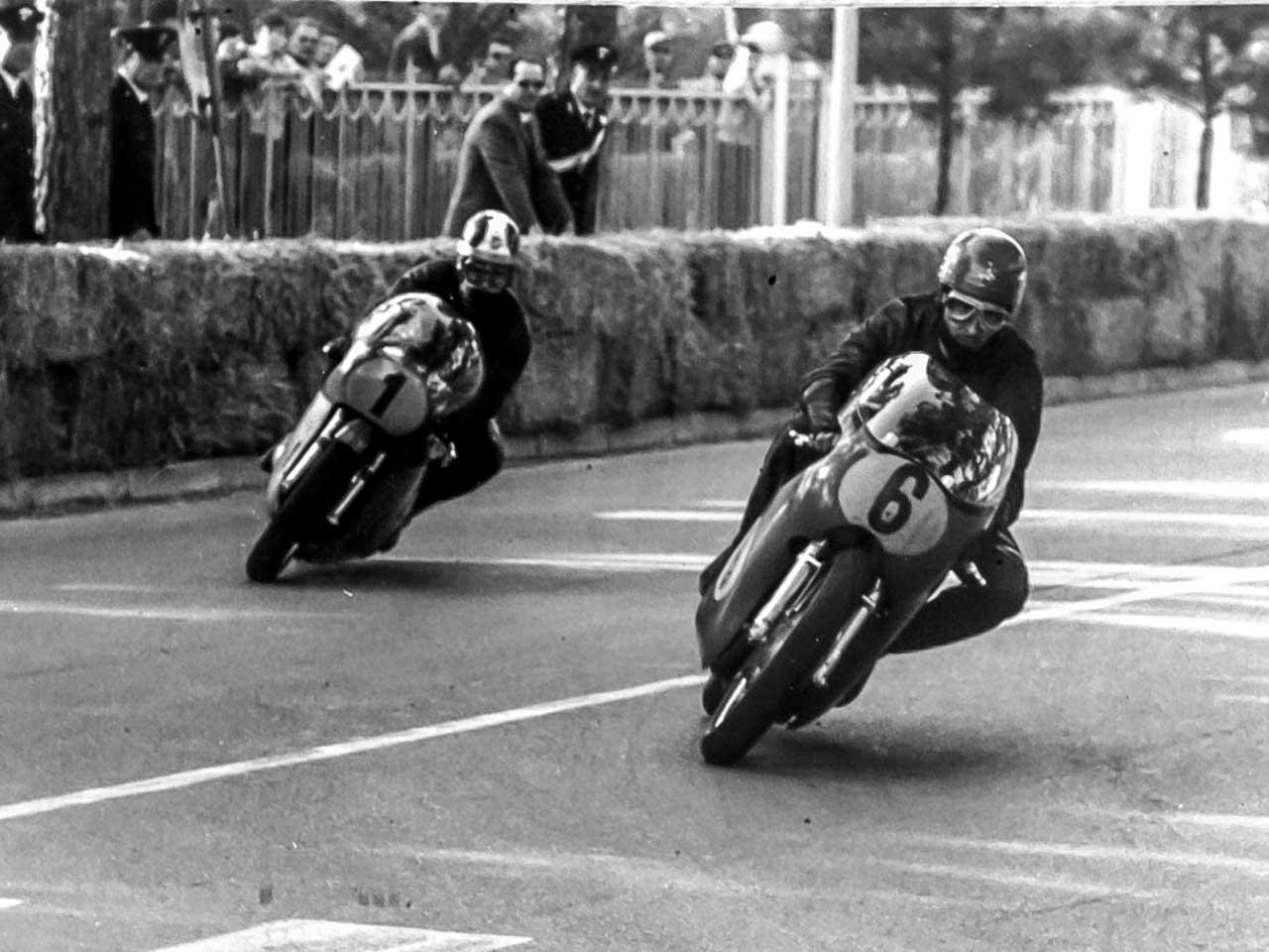 Paton_Storia-Anni60_1969-Angelo-Bergamonti-e-Giacomo-Agostini-Cervia-Campionato-Italiano-500cc