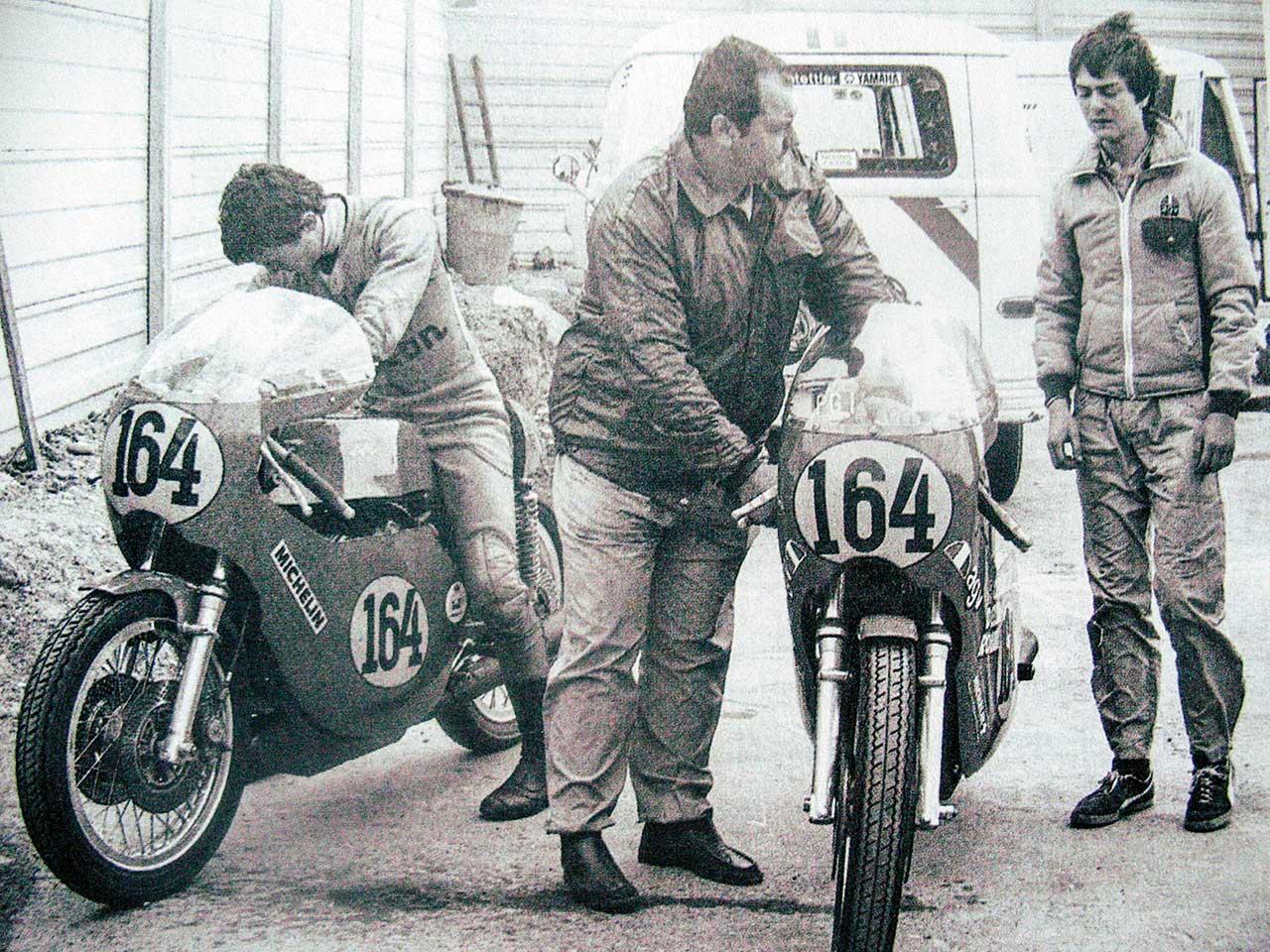 Paton_Storia-Anni70_Virginio-Ferrari-Giuseppe-e-Roberto-Pattoni-con-le-Paton-BM3_Imola-1975